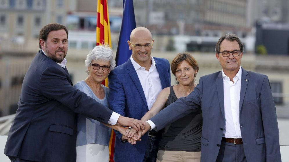 Foto: Carme Forcadell, la segunda por la izquierda, junto a Junqueras, Muriel Casals, Raül Romeva y Artur Mas. (Reuters)