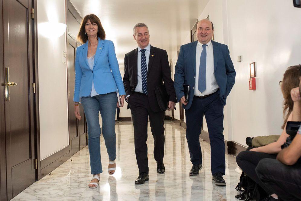 Foto: Idoia Mendia junto a Iñigo Urkullu y Andoni Ortuzar, antes de una reunión en en Parlamento Vasco. (EFE)