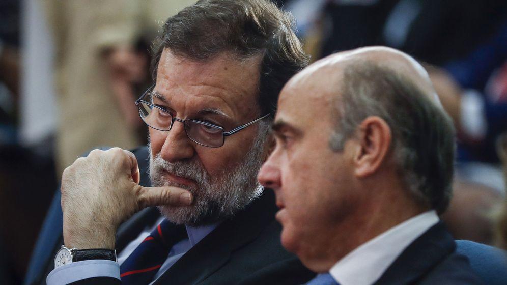 Foto: El presidente del Gobierno, Mariano Rajoy, y el ministro de Economía y Competitividad, Luis de Guindos. (EFE)