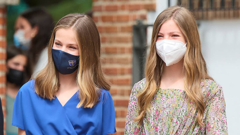 Las dos hermanas posan frente a la prensa. (LP)