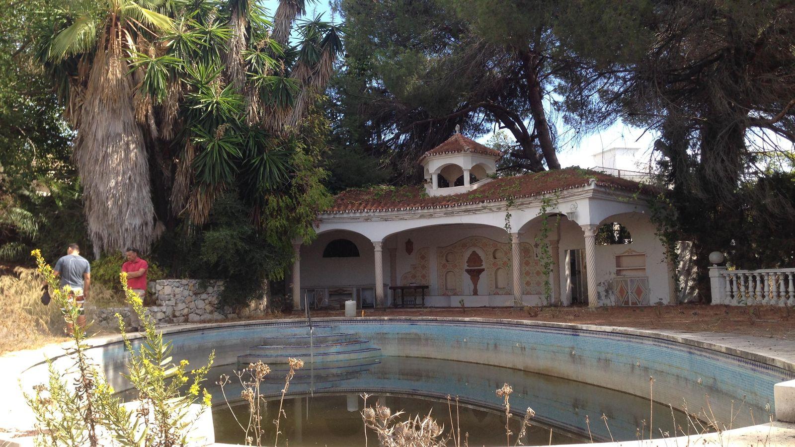 Crisis de los refugiados tres familias de refugiados okupan el palacio de la princesa soraya en - Casas de famosos en espana ...