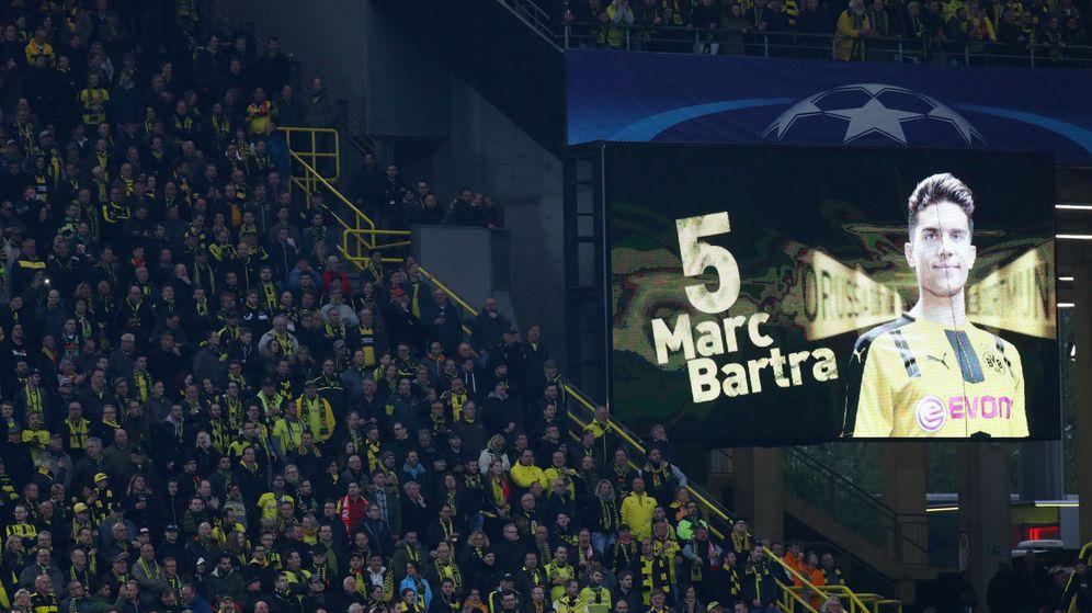 Foto: Marc Bartra, en el videomarcador del estadio del Dortmund. (EFE)