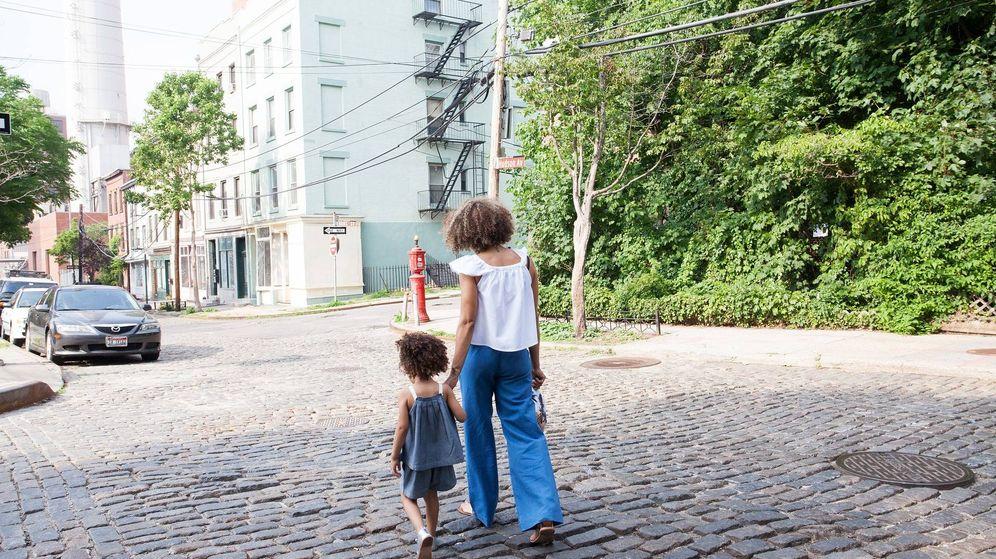 Foto: Una madre pasea con su hija. (Ishock)