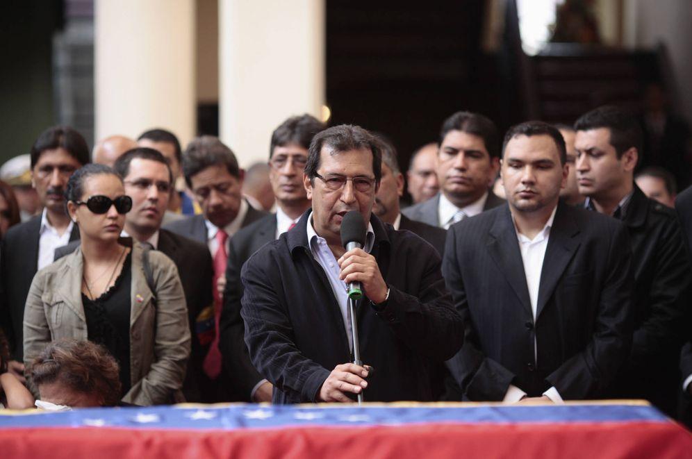 Foto: Adán Chávez durante el funeral de su hermano en Caracas, en marzo de 2013. (Reuters)