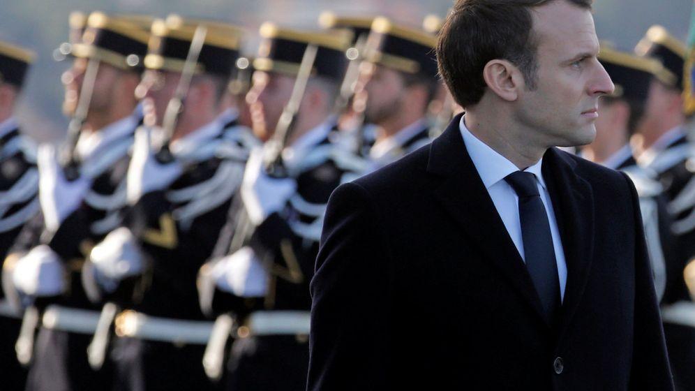 Foto: Emmanuel Macron pasa revista a las tropas francesas (Reuters)
