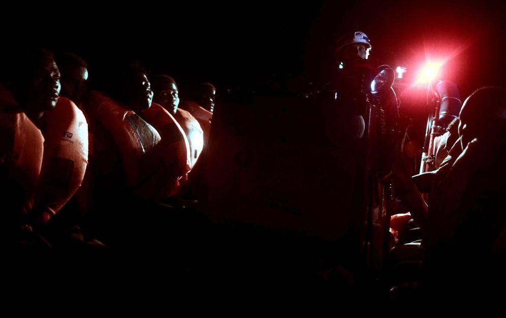 Foto: Rescate en alta mar de parte de los 629 inmigrantes trasladados al Aquarius en la madrugada del 10 de junio. (EFE)