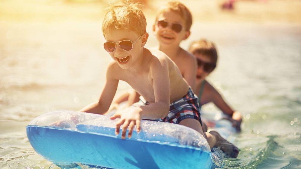 Foto: Niños expuestos al sol en la playa. (iStock)