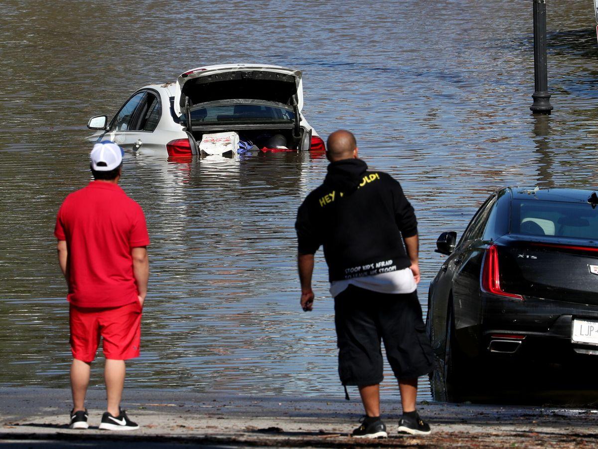 Foto: Un coche medio hundido tras el paso de Ida en Nueva York. (Reuters)