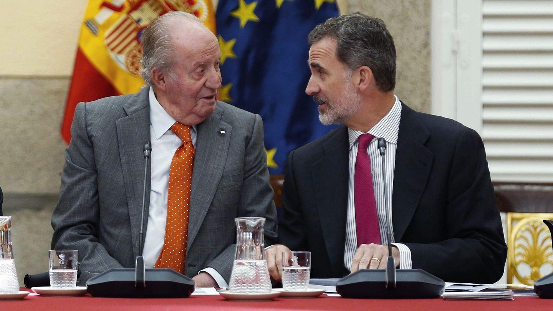 El Rey emérito y Felipe VI, durante una reunión del patronato de la Fundación Cotec el pasado año. (EFE)