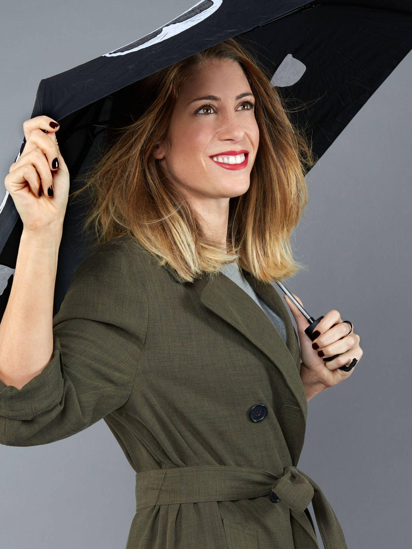 Isabel Zubiaurre apuesta por jersey de Zara, la misma marca de la gabardina y paraguas de Karl Lagerfeld. (Foto: Olga Moreno)