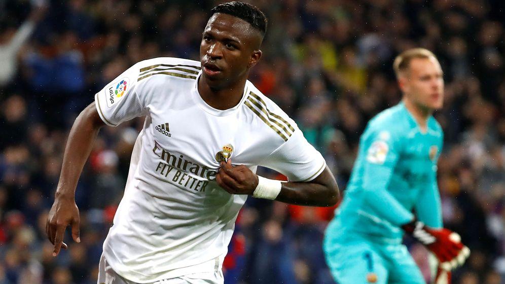 Foto: Vinícius se señala el escudo tras marcar el primer gol del Real Madrid al FC Barcelona en el Clásico. (Reuters)