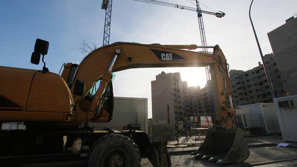 Foto: Excavadoras y grúas construyen en una de las calles del PAU de Vallecas. (Foto: E. Villarino)