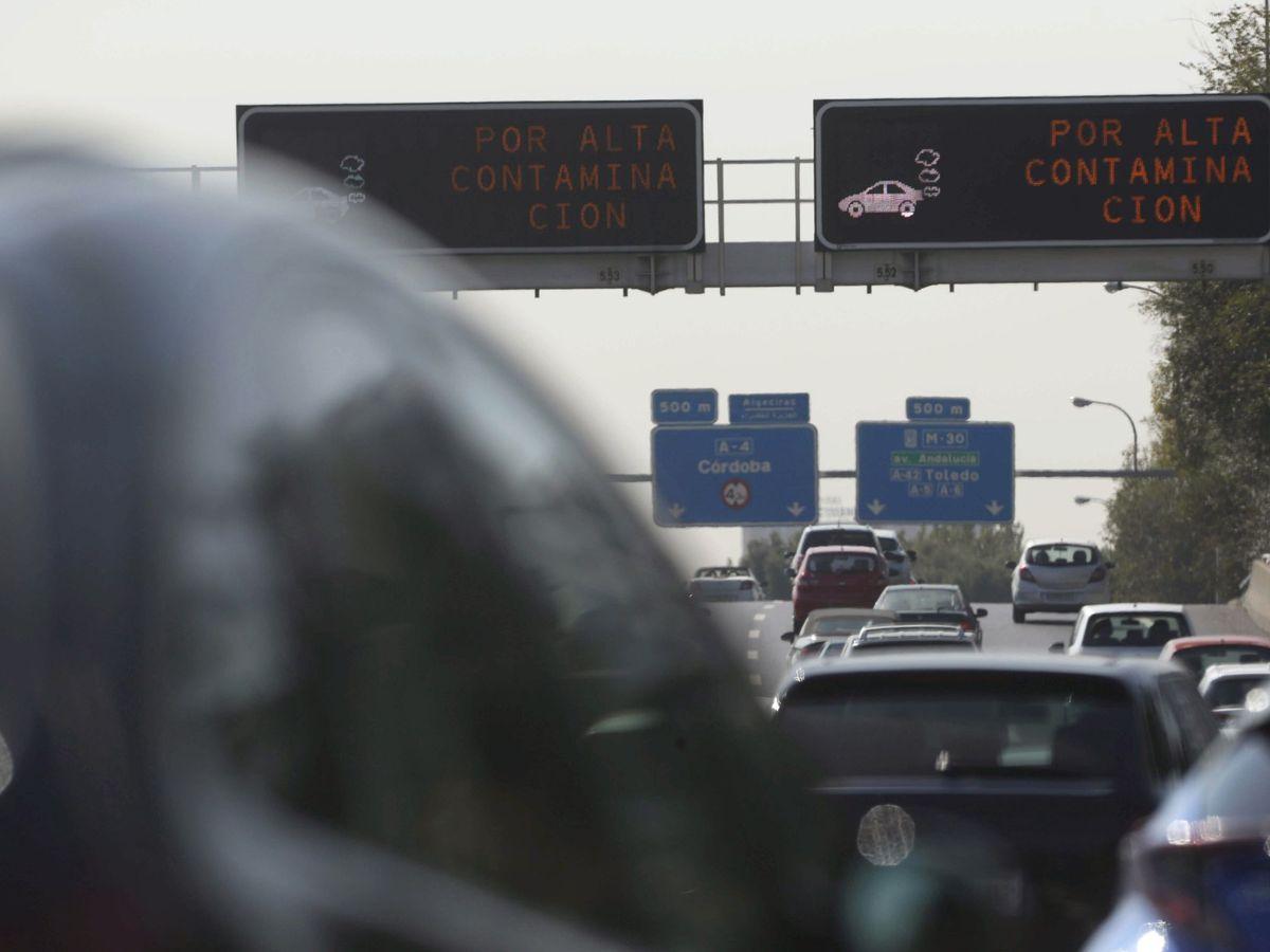 Foto: Electrónicos avisan de altos niveles de contaminación en Madrid. (EFE)
