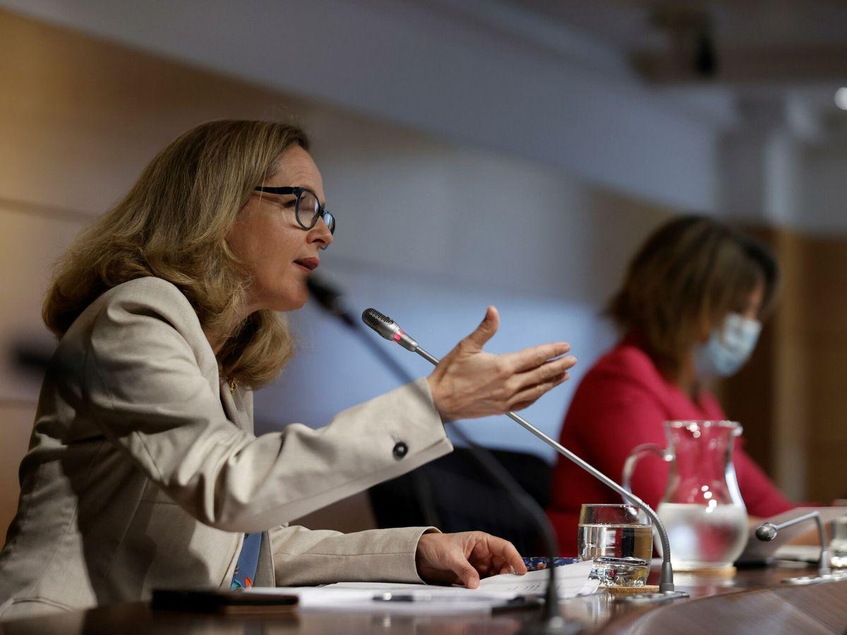 Foto: La vicepresidenta primera del Gobierno, Nadia Calviño (I), junto a la ministra para la Transición Ecológica, Teresa Ribera. (EFE)