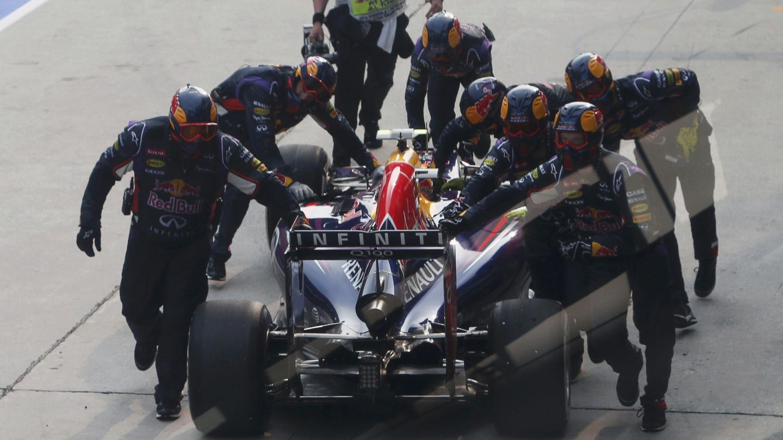 Los mecánicos de Red Bull devolviendo a Ricciardo al box.