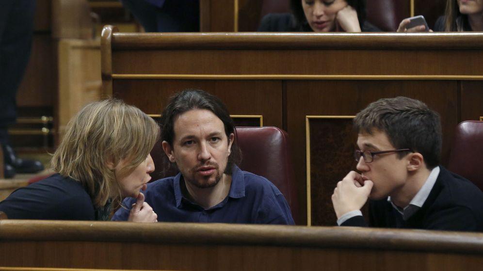 Foto: El secretario general de Podemos, Pablo Iglesias, conversa con el número dos del partido, Íñigo Errejón, y la diputada Tania Sánchez durante la constitución de las Cortes. (EFE)