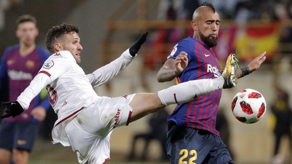 Foto: El centrocampista chileno del FC Barcelona Arturo Vidal (d) protege un balón ante Jorge Ortíz, de la Cultural Leonesa. (EFE)