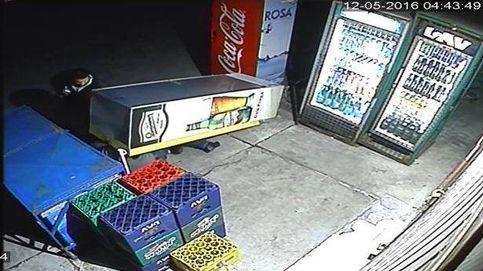 Intenta robar una cerveza y termina sepultado por la máquina de bebidas