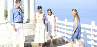 Post de Letizia y Felipe, última foto en Mallorca: conjuntados, con sus hijas y mirando al mar