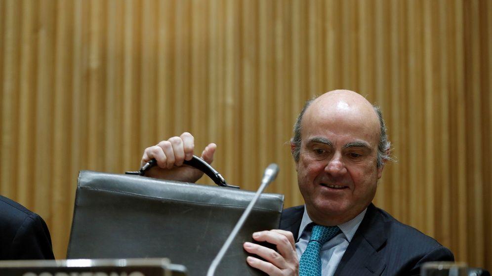 Foto: El ministro de Economía, Industria y Competitividad, Luis de Guindos, momentos antes de comparecer en el Congreso. (EFE)
