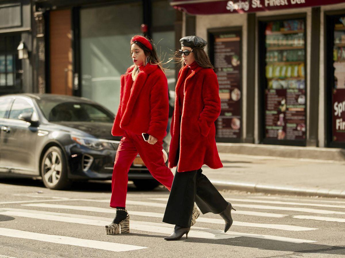 Foto: El rojo es tendencia en el street style. (Imaxtree)