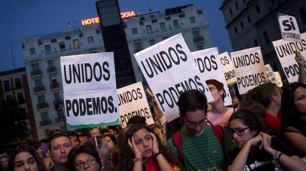 Foto: Simpatizantes de Unidos Podemos, tras conocer los primeros resultados de las elecciones generales. (EFE)