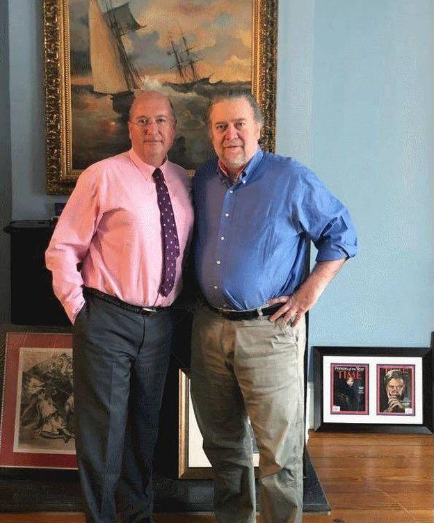 Foto: Bardají y Bannon, el pasado viernes, en la casa del segundo en Washington, la misma finca que antes albergaba la sede de Breibart. (EC)