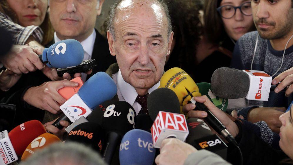 Foto: El abogado de la infanta Cristina, Miquel Roca, ante los medios. (EFE)