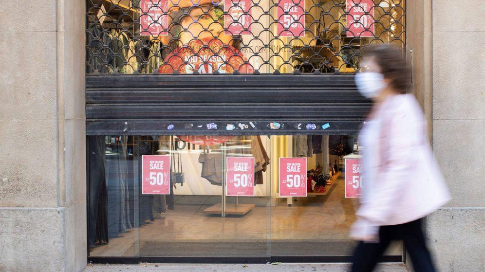 Foto: El 80% de comercios de Barcelona abre pero con discreta afluencia de clientes. (EFE)