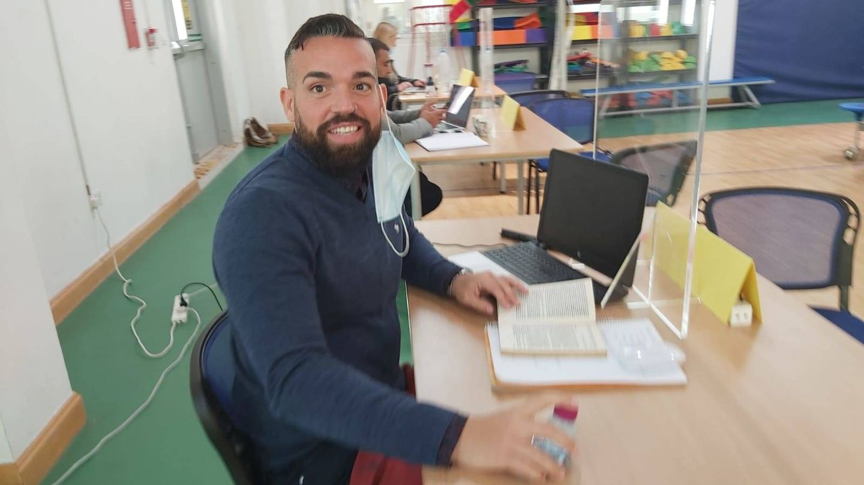 Javier, durante su jornada de trabajo en un colegio catarí. (Cedida)