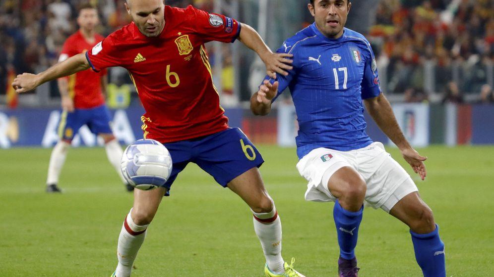 Foto: Andrés Iniesta (i) y el delantero brasileño de Italia Citadin Martins Eder durante el partido de clasificación para el mundial de Rusia 2018.
