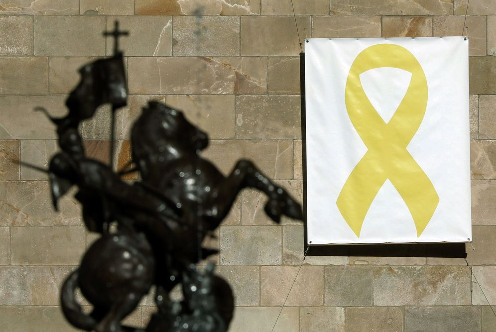 Foto: Vista del lazo amarillo colocado en el Pati dels Tarongers del Palau de la Generalitat este 19 de marzo. (EFE)