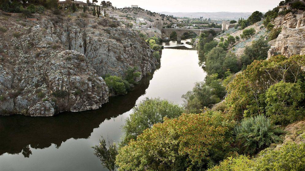 Foto: El río Tajo a su paso por el casco histórico y el puente de San Martín. (Efe)