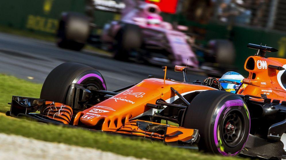 Foto: Fernando Alonso en su McLaren por Melbourne. (EFE)
