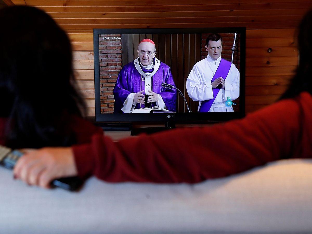 Foto: La Semana Santa, restringida por el confinamiento, se puede seguir celebrando en el domicilio (EFE)