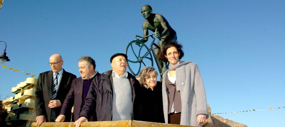 Foto: Tonina Pantani (segunda por la derecha), junto a su marido Paolo y familiares, ante la estatua de su hijo Marco (Imago).