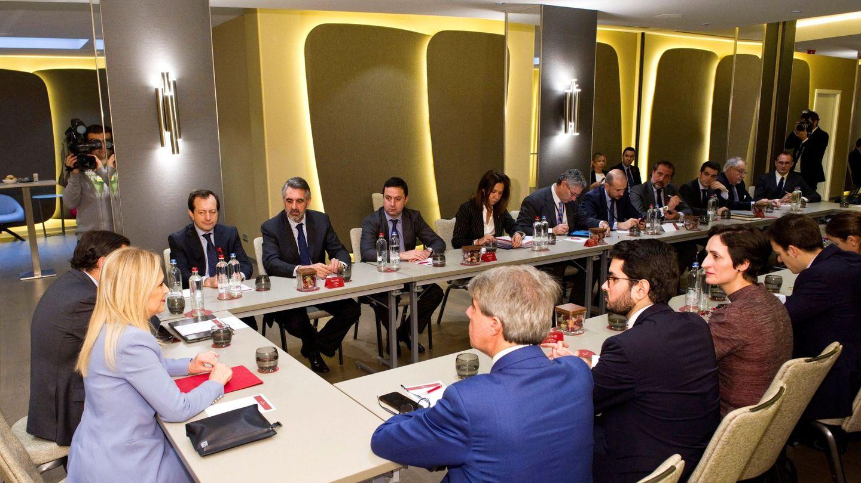 Reunión de la expresidenta Cifuentes con un grupo de empresarios para 'vender' Madrid como 'un importante destino inversor', celebrada en Bruselas (Bélgica) en diciembre de 2017.