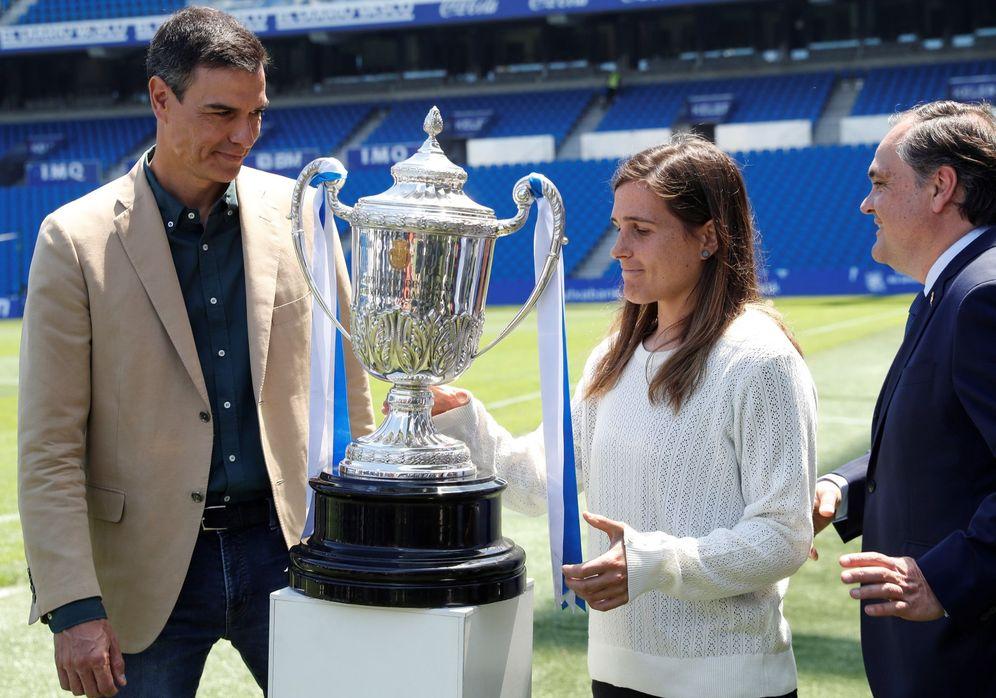 Foto: Pedro Sánchez, junto al presidente de la Real Sociedad, Jokin Aperribay, y la capitana del equipo, Sandra Ramajo. (EFE)