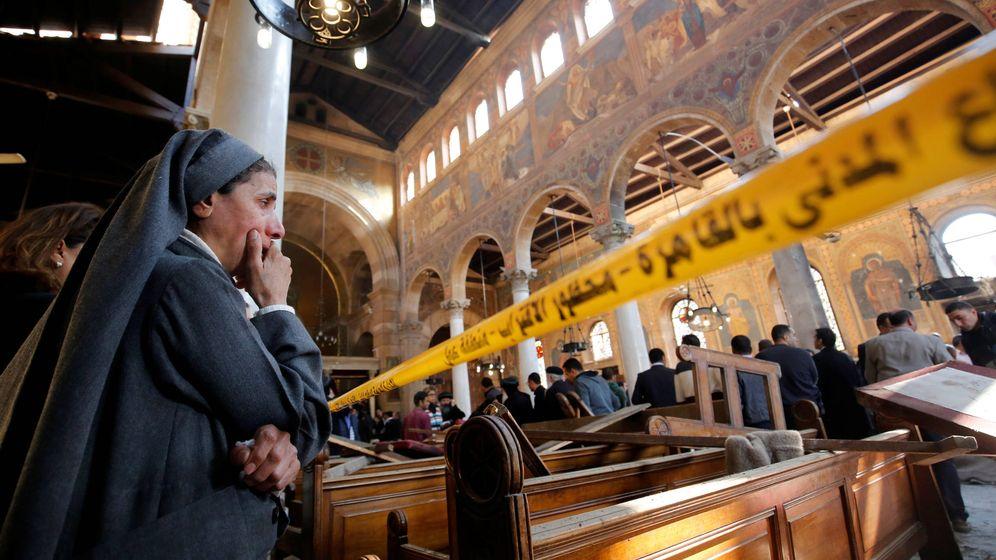 Foto: Un monja llora en la catedral copta de Egipto tras el atentado con bomba de diciembre. (Reuters)