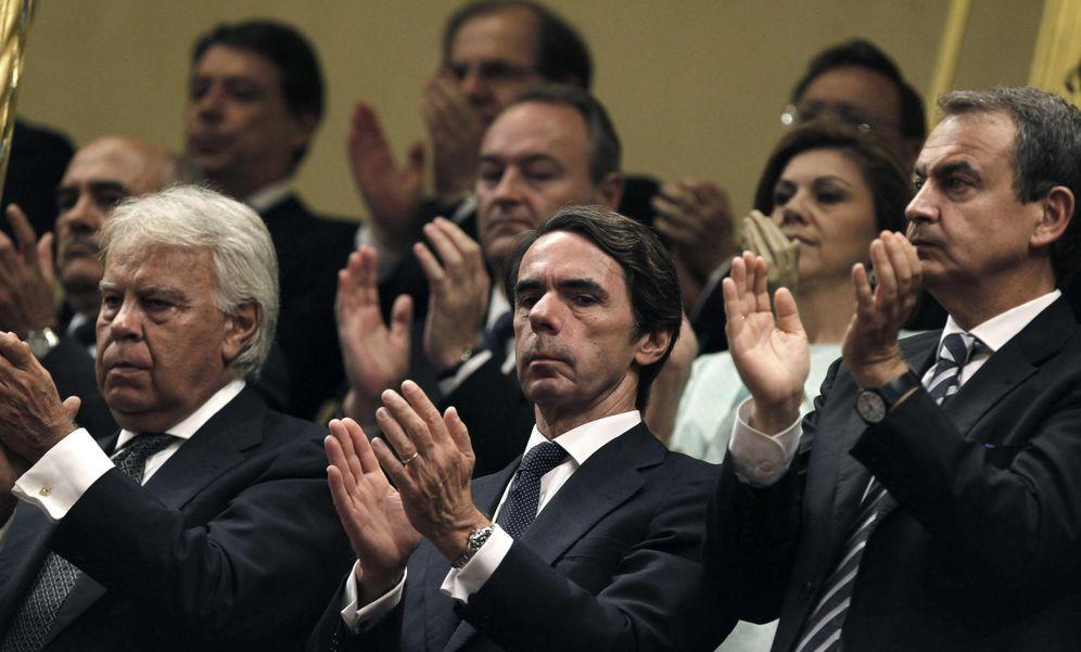 Foto: González, Aznar y Zapatero durante la proclamación de Felipe VI. (EFE)