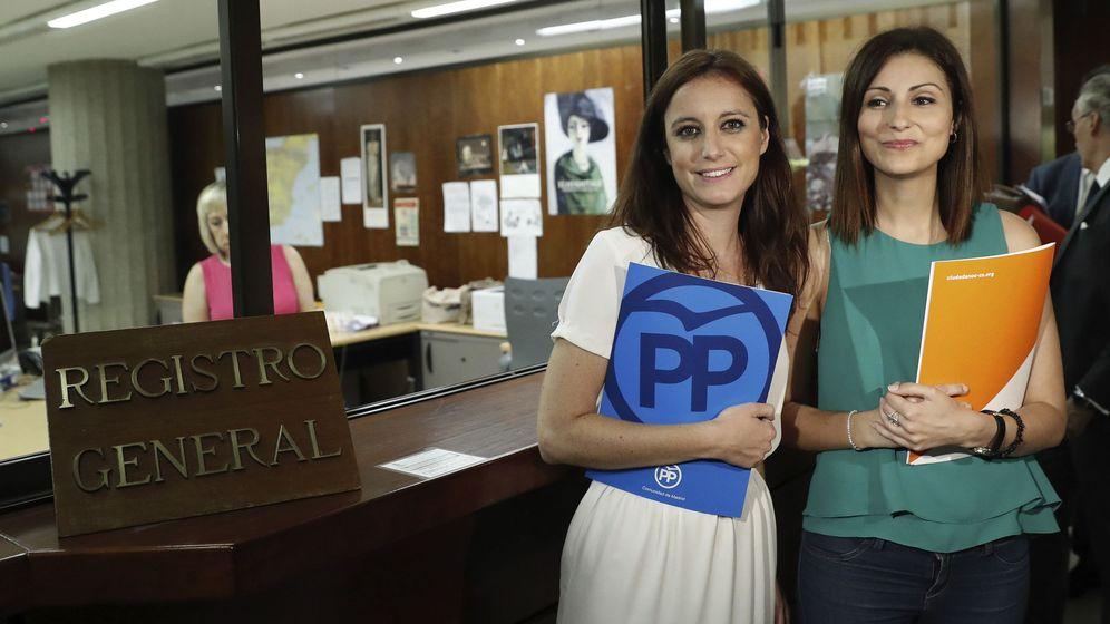 Foto: Levy y Roldán, tras pedir amparo al Constitucional. (EFE)