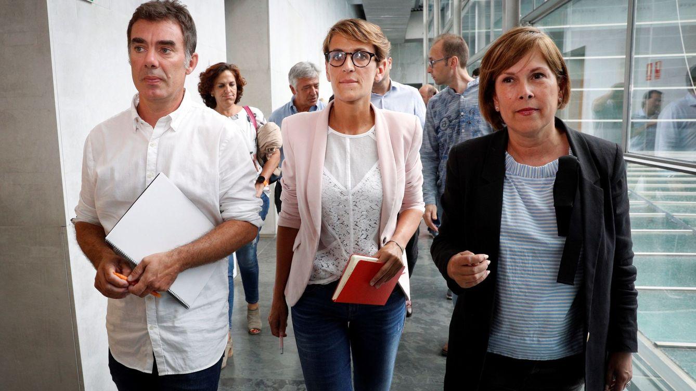 Foto: María Chivite (c) junto a Uxue Barkos (Geroa Bai) y Eduardo Santos (Podemos Navarra). (EFE)