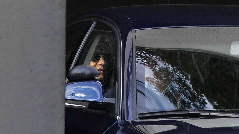 La infanta Cristina sale en coche de la sede de La Caixa. (EFE)