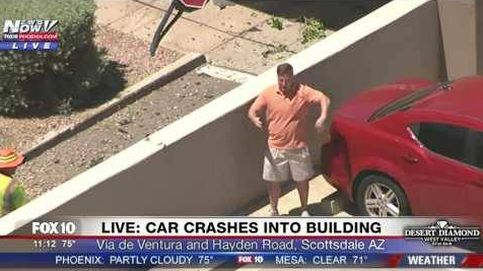 La reacción de un hombre tras darse cuenta de que le graban desde un helicóptero