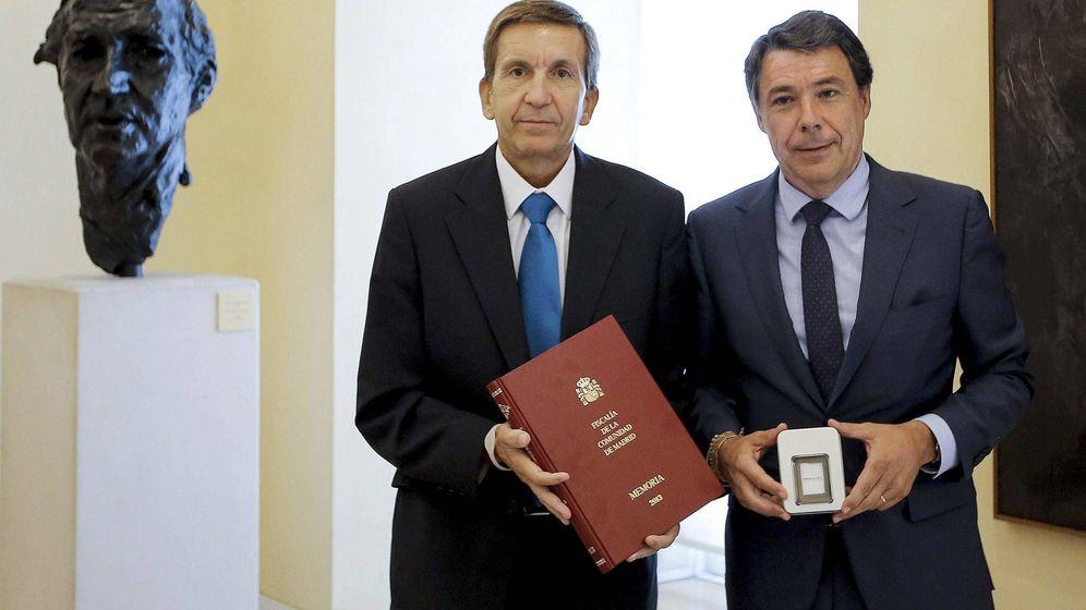 Foto: Ignacio González recibe del fiscal jefe Madrid, Manuel Moix, la Memoria de actividad de la Fiscalía del Tribunal Superior de Justicia de Madrid (TSJM) relativa al año 2013 (septiembre del 2014). (EFE)