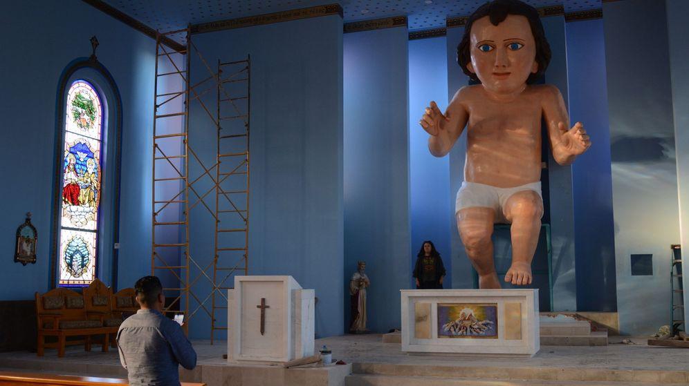 Foto: La figura del Niño Jesús, ya instalada en la iglesia, impresiona con sus seis metros y medio de altura (EFE/Edgar Chávez)
