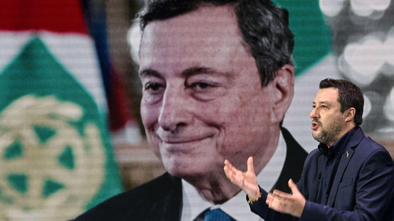 El líder de Lega, Matteo Salvini, frente a una imagen del próximo primer ministro italiano, Mario Draghi. (EFE)