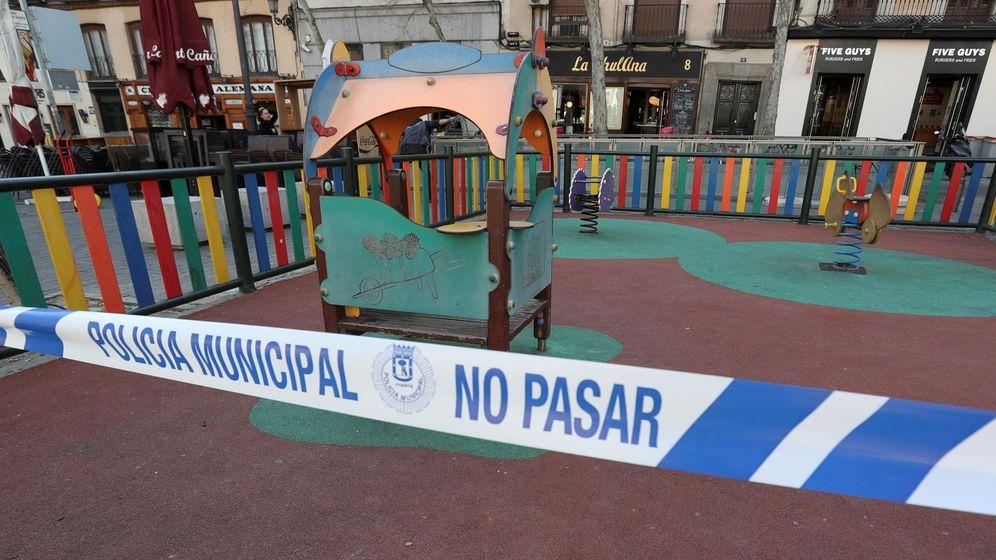 Foto: Un parque infantil cerrado en la madrileña Plaza de Santa Ana, en Madrid (EFE)