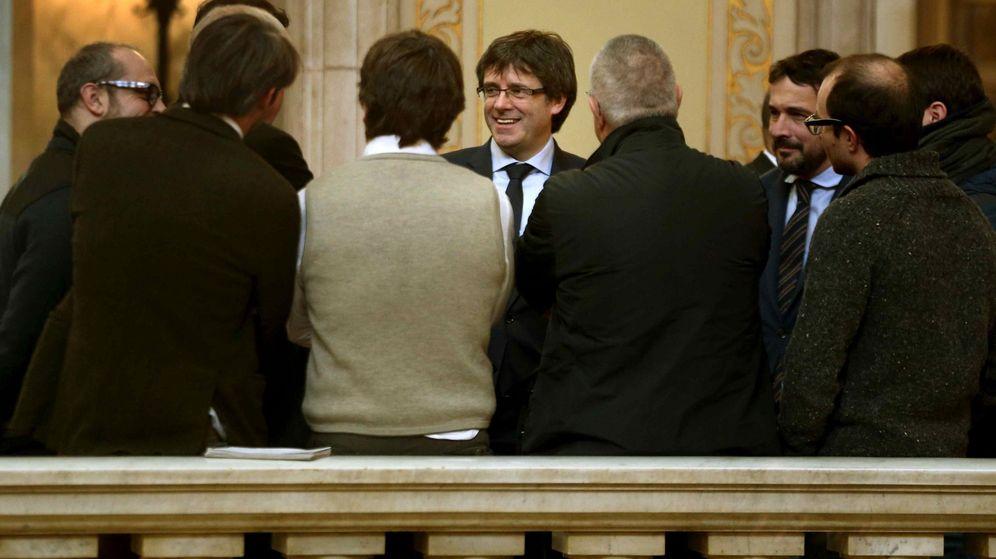 Foto: El presidente de la Generalitat, Carles Puigdemont, conversa con varios periodistas en el Parlament. (EFE)