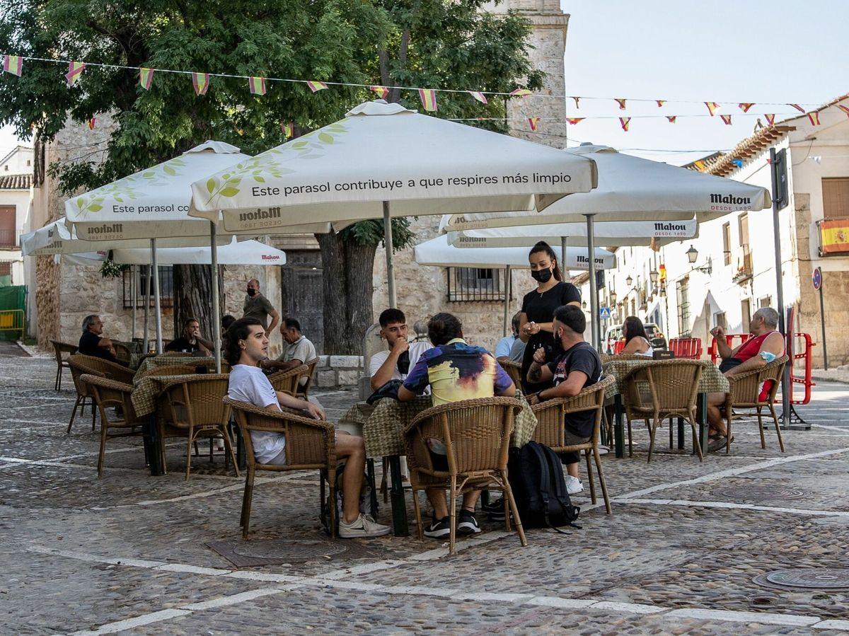 Foto: Varias personas en la terraza de un bar de Chinchón durante la pandemia del covid-19. (EFE)